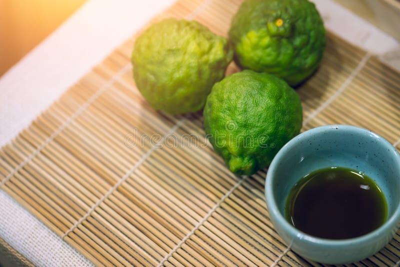 Extrait d'huile de limon de Kaffir, huile essentielle naturelle de bergamote photographie stock