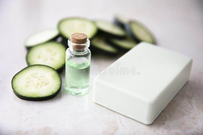 Extrait de concombre dans la bouteille avec du savon photos libres de droits