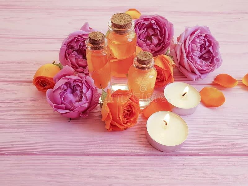 Extrait de Rose, bougie sur le fond en bois photo libre de droits