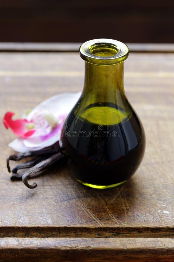 Extrait de vanille dans une bouteille et une vanille photos libres de droits