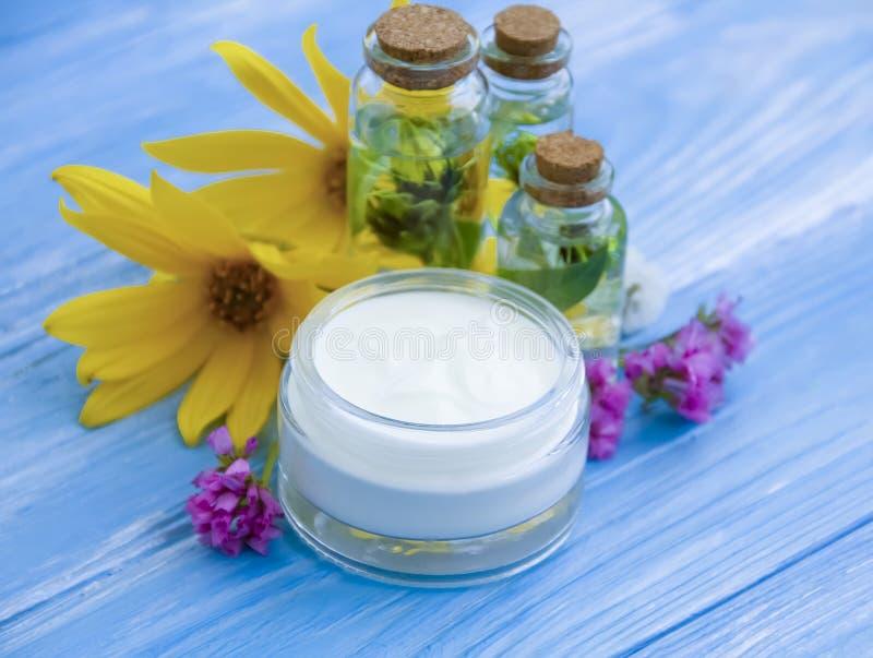 Extrakt av skönhetsmedlet, olja, kräm- kosmetisk naturlig örtskönhet blommar balsamskönhet som den alternativa wellnessen kopplar arkivbilder