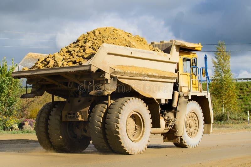 Extraktion av mineraler Stor guling som bryter matt lastbiltransportering fotografering för bildbyråer