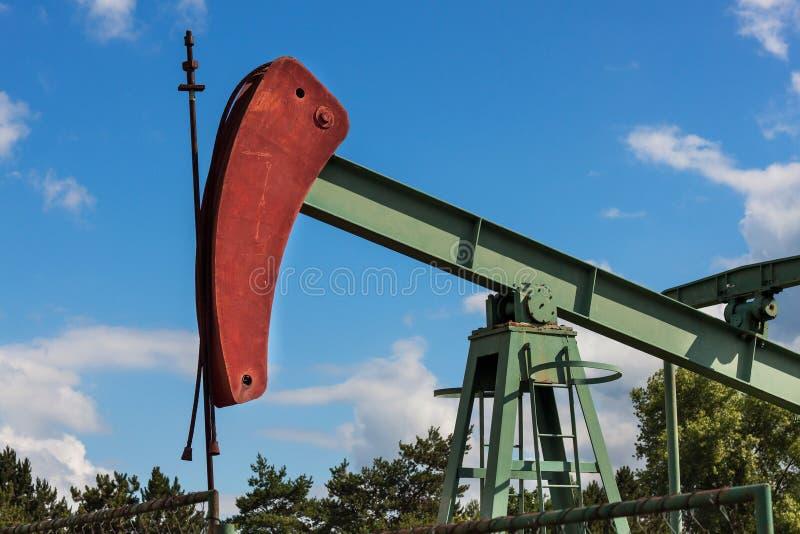 Extraktion av olja för bra kvalitet Pumpjack för olje- brunn på vingård i Tjeckien Sydlig Moravia region royaltyfria bilder
