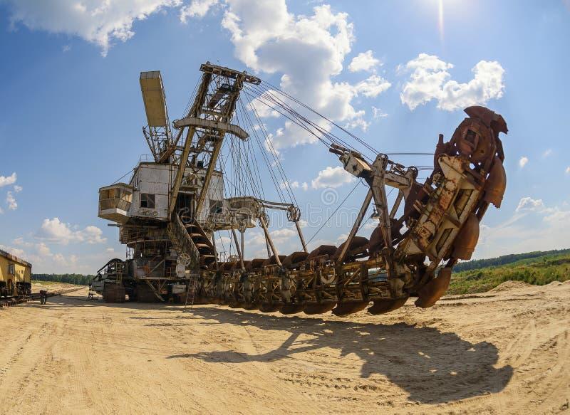 Extraktion av sand i villebrådet av en enorm grävskopa royaltyfri foto