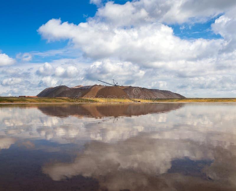 Extraktion och salt brytakalium Industriellt landskap med den stora grävskopan Machine Dragline, enorma berg av förlorad malm A arkivfoton
