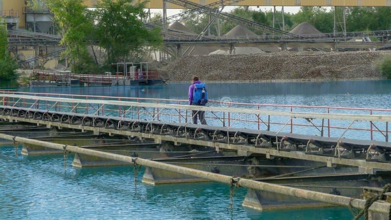 Extraktion von Kieseln Transportband auf dem See lizenzfreie stockbilder