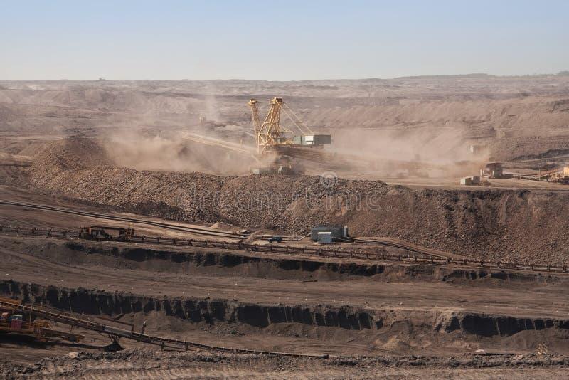 Extraktive Maschinen in der Tagebaugrube stockfotografie