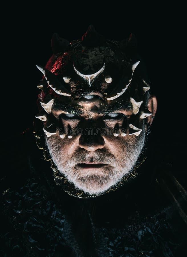Extranjero, demonio, maquillaje del hechicero Hombre con el tercer ojo, las espinas o las verrugas Demonio en el fondo negro, cie foto de archivo