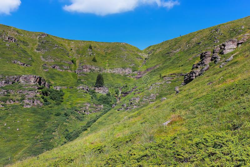 Extranjero, paisaje rocoso, iluminado por el sol y casi secado encima de la cascada de Kopren fotos de archivo