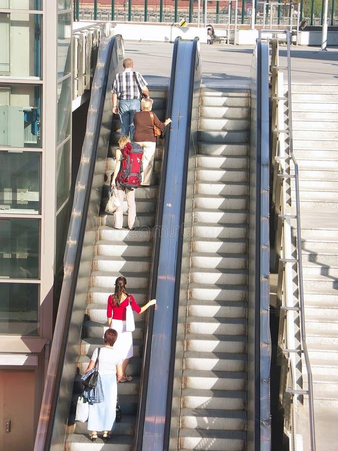 Extranjeros en el elevador imagen de archivo