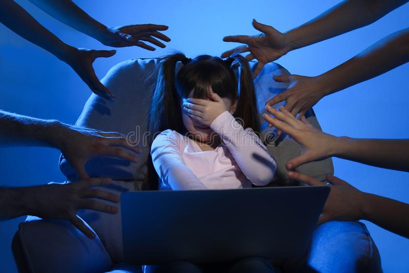 Extranjeros que alcanzan al pequeño niño asustado con el ordenador portátil Peligro cibern?tico imagenes de archivo
