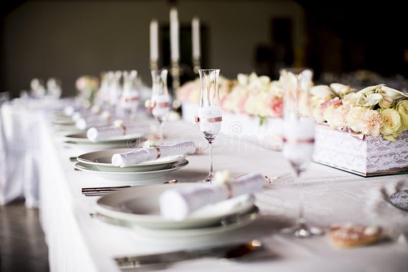 Extraordinairement décoré épousant la table avec le bouquet des roses images stock