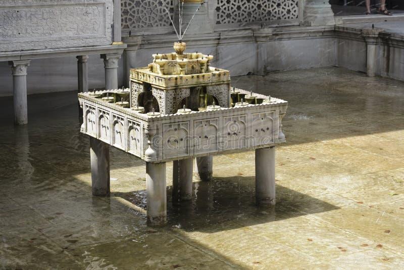 Extraordinairement découpé de la fontaine à gradins de marbre photo stock