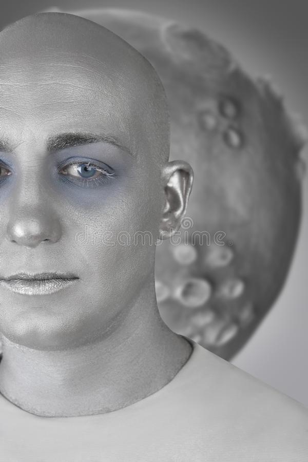 Extraterrestrial de prata futurista da pele do homem estrangeiro imagem de stock