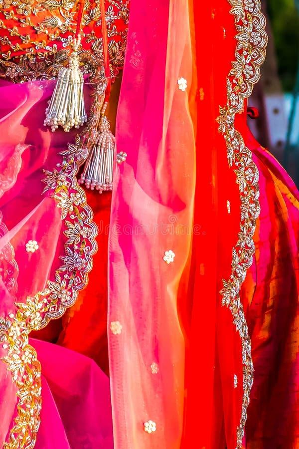 Extravagante robe sari portée par un invité lors d'un mariage en Inde photos libres de droits