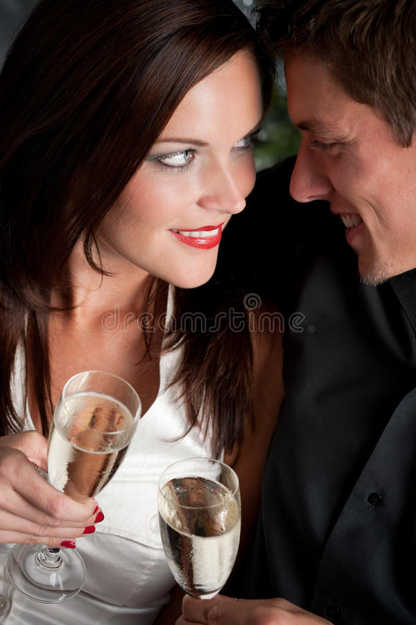 Extravaganter Mann und Frau mit Champagner lizenzfreie stockbilder