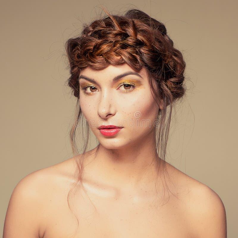 Extravagantes Make-up des Porträts Goldauf nettem Mädchengesicht lizenzfreie stockfotografie