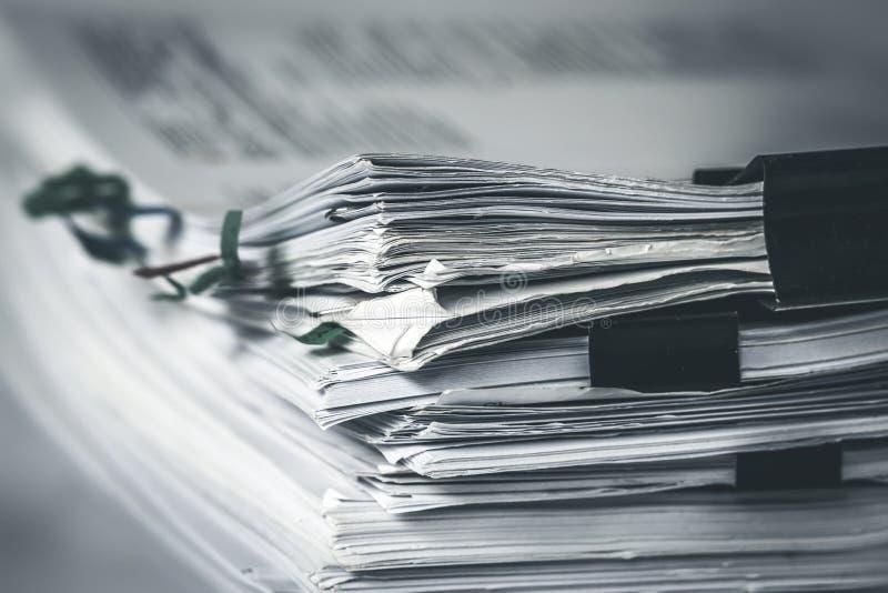 extreamly关闭堆积办公室与纸夹文件夹的工作文件 库存照片