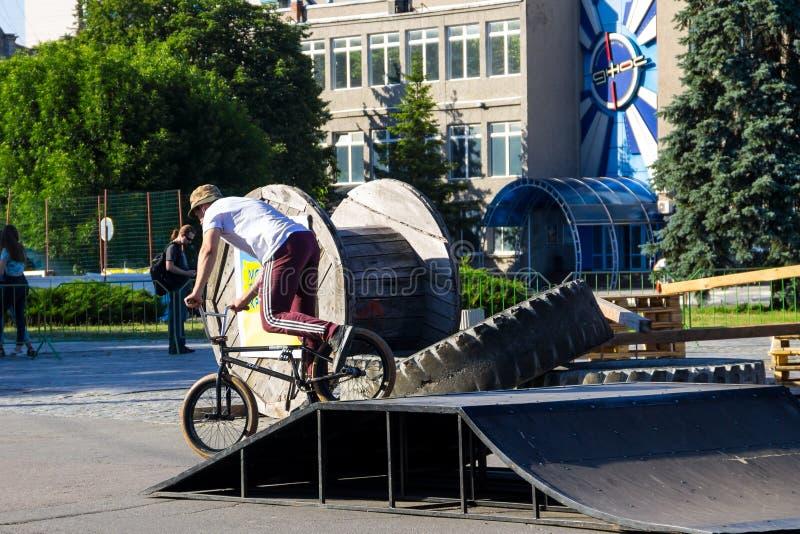 Extrem BMX-Fahrer im Skatepark auf dem Helm stockfotos
