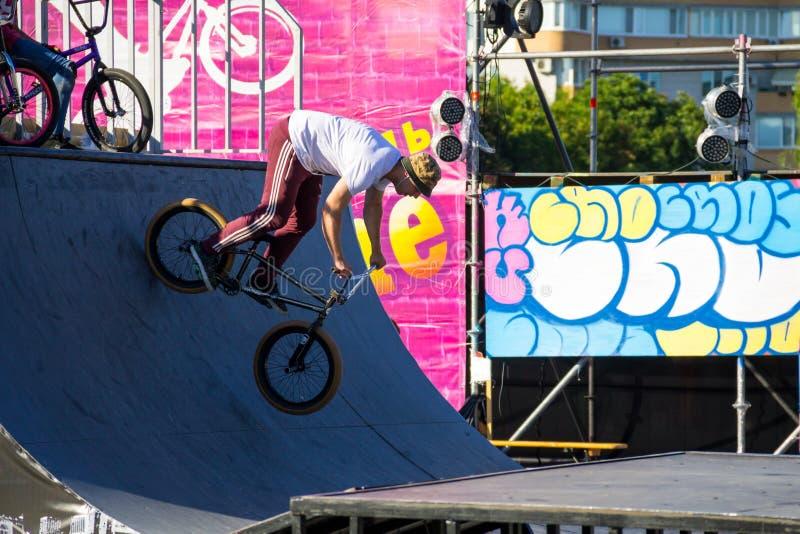 Extrem BMX-Fahrer im Skatepark auf dem Helm lizenzfreies stockfoto
