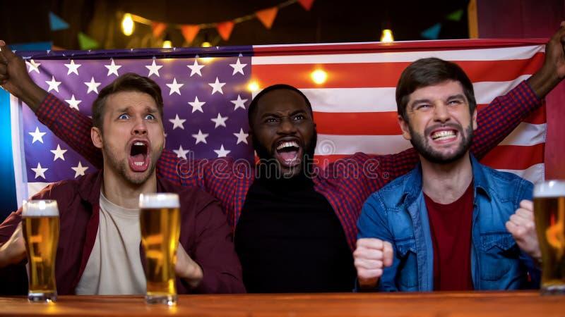 Extrem glückliche Fans des amerikanischen nationalen aufpassenden Wettbewerbs des Sportteams stockfotos