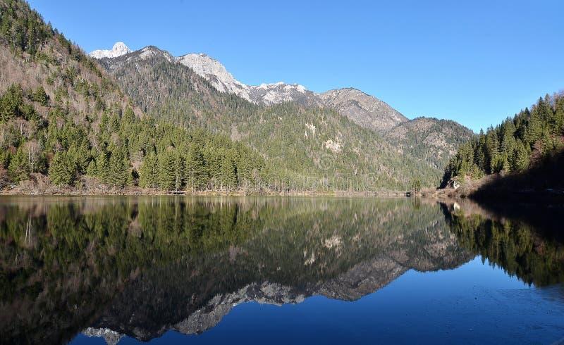 Extrem klarer See mit magischen Farben lizenzfreie stockfotos