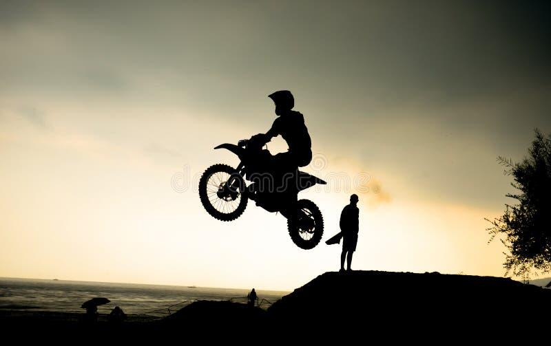Extrem-Motorradrennen und furchtlose Athleten lizenzfreies stockfoto