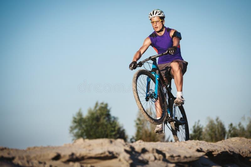 Extrem ridning för mountainbikesportman utomhus arkivfoto
