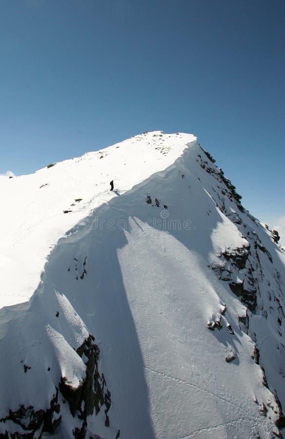 Extrem skidåkare upptill av en couloir på Corvatsch royaltyfri fotografi