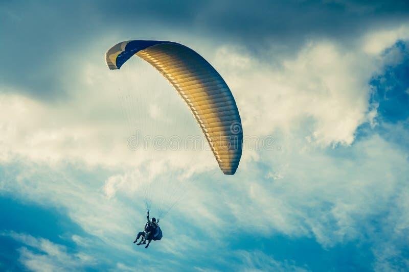 Extrem sport för Paragliding med blå himmel och moln arkivbilder