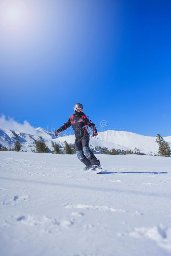 Extrem sport, snowboarder i handling på bergen royaltyfria bilder