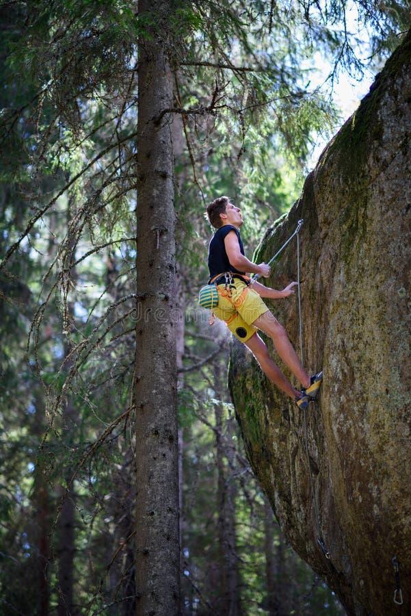 Extrem sportklättring Vagga klättrareansträngning för framgång outdo royaltyfria foton