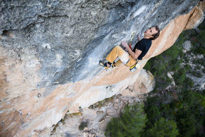 Extrem sportklättring Vagga klättrareansträngning för framgång utomhus- livsstil fotografering för bildbyråer