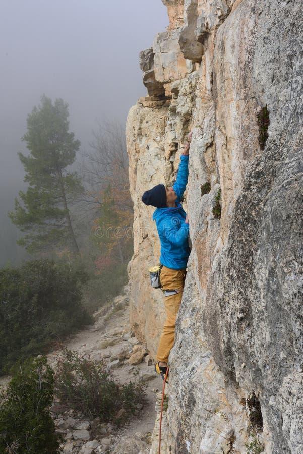 Extrem sportklättring Vagga klättrareansträngning för framgång utomhus- livsstil arkivbild