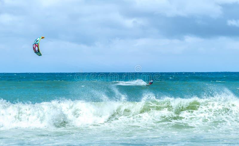 Extrem trägt Hintergrund zur Schau Kiteboarding am windigen Tag im Ozean stockbilder