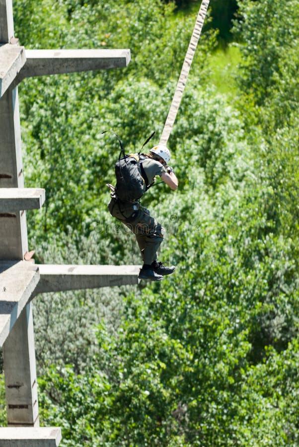Extrem trägt Ropejumping zur Schau stockfoto