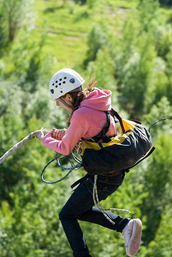 Extrem trägt Ropejumping zur Schau stockfotos