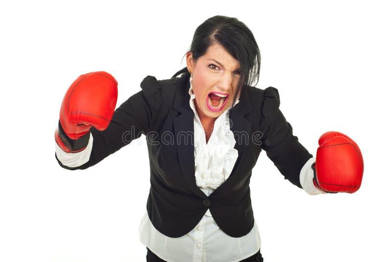 Extrem wütende Geschäftsfrau im Angriff stockfotografie