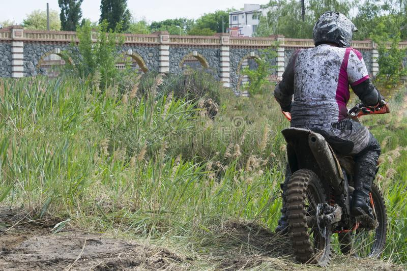 Extrema sportar på motorcyklar En ryttare på en motorcykel rider sanden arkivbild