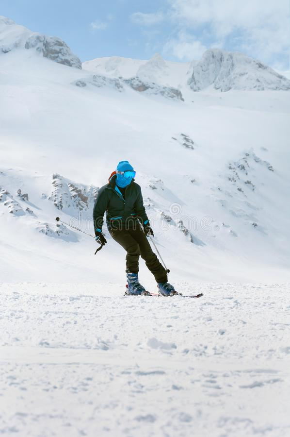 Extrema vintersportar Manskidåkare som skidar ner i höga djupfrysta berg arkivfoto