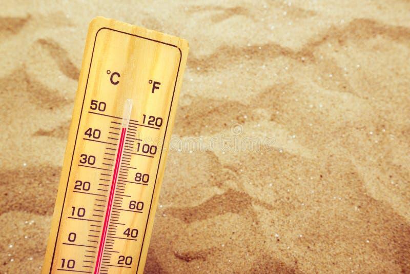 Extremadamente temperaturas altas, termómetro en la arena caliente del desierto fotos de archivo