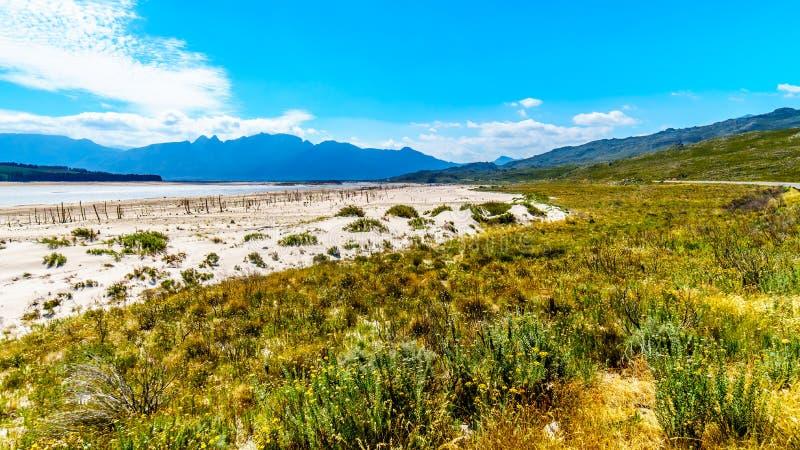 Extremamente - nível de maré baixa na represa de Theewaterkloof que é uma fonte principal para a fonte de água a Cape Town foto de stock royalty free