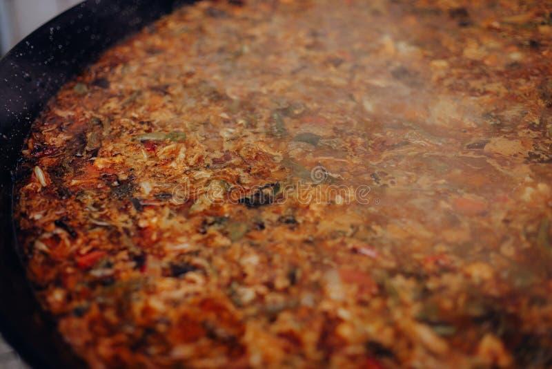 Extreme close-up die van kruidig Mexicaans voedsel in een kokende pan wordt geschoten royalty-vrije stock afbeeldingen