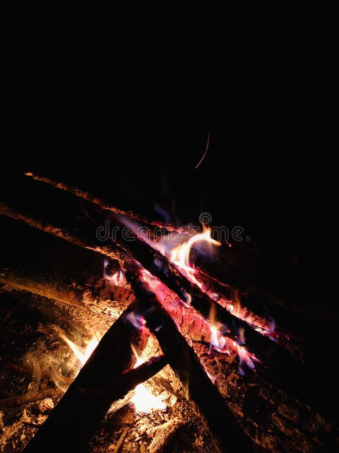 Extreme dichte omhooggaand van brand vonkt zich het bewegen op donkere nachthemel als zwarte achtergrond die uit helder warm bran stock afbeeldingen