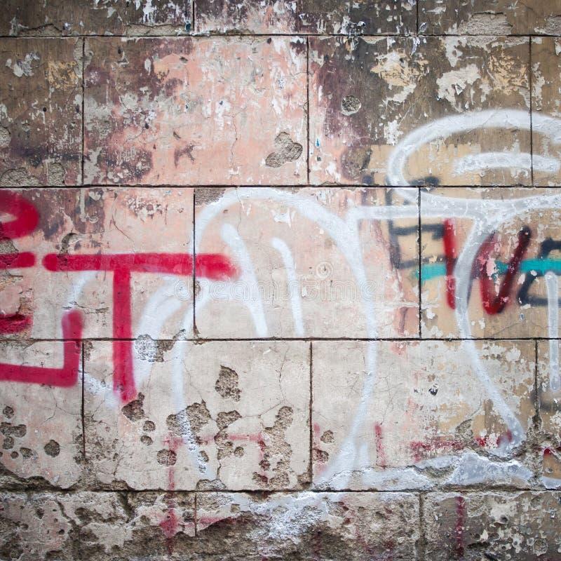 Extreme dichte omhooggaand van graffiti op concrete muur stock fotografie