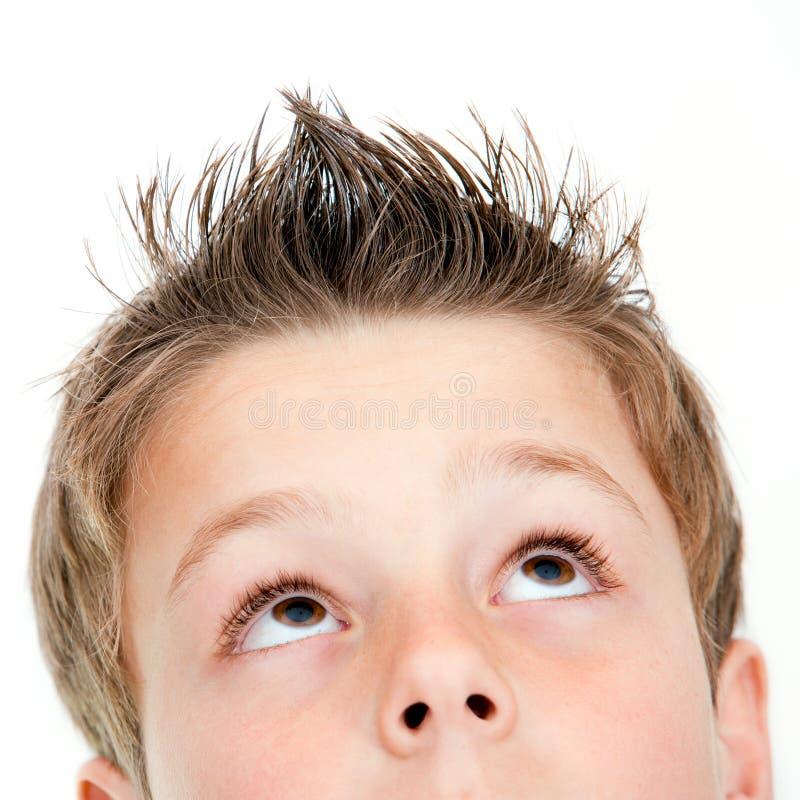 Extreme dichte omhooggaand van jongen omhoog het kijken. stock afbeeldingen