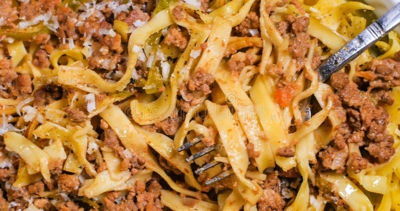 Extreme dichte omhooggaande mening van heerlijke fettuccine in bolognese sausdeegwaren stock foto's
