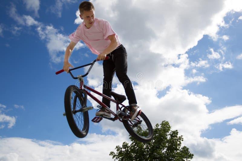 Extreme fietsen. Gevaarlijke sportfietsen tegen de lucht royalty-vrije stock afbeeldingen