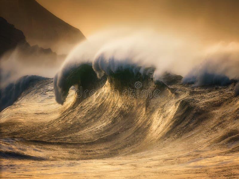 extreme gewaltige Welle bricht aus lizenzfreie stockfotografie
