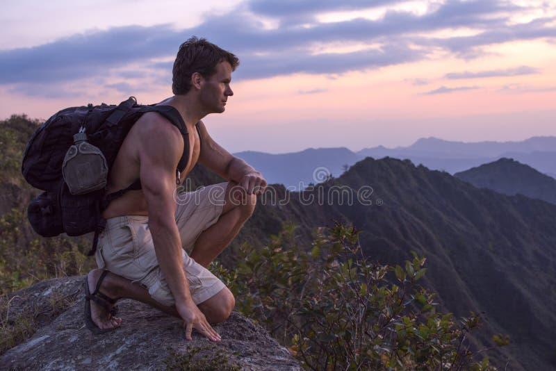 Extreme mannelijke avonturenwandelaar op bergbovenkant stock afbeeldingen